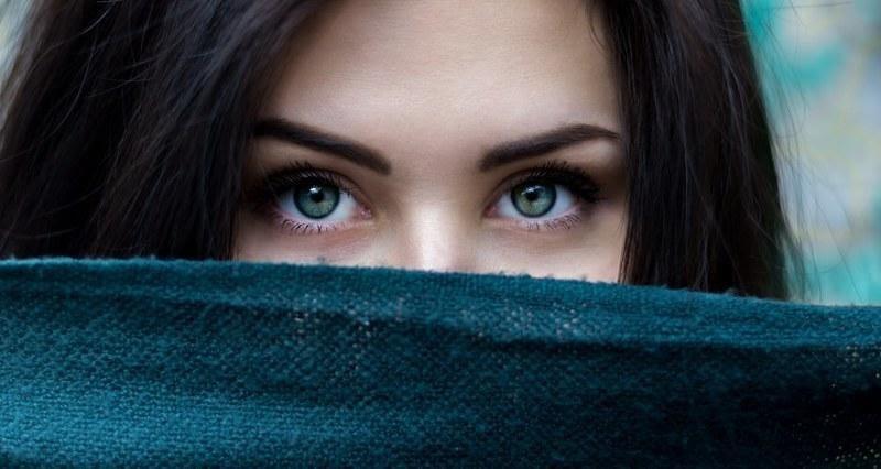 Mencerahkan Kulit di Sekitar Mata