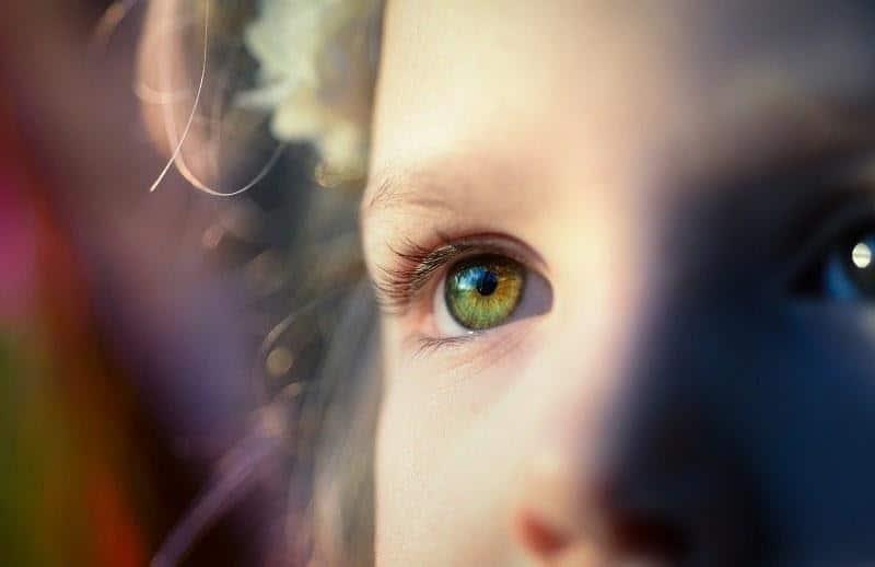 Menghaluskan dan Melembapkan Kulit di Area Mata