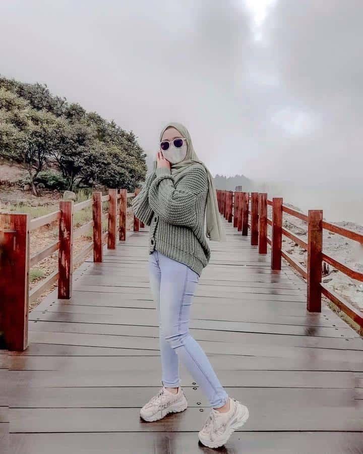 model baju untuk buka bersama_ Sweater Rajut Oversized dan Jeans Light Blue