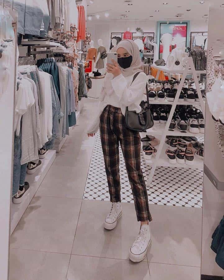 model baju untuk buka bersama_Tartan Pants dan Blouse Warna Putih