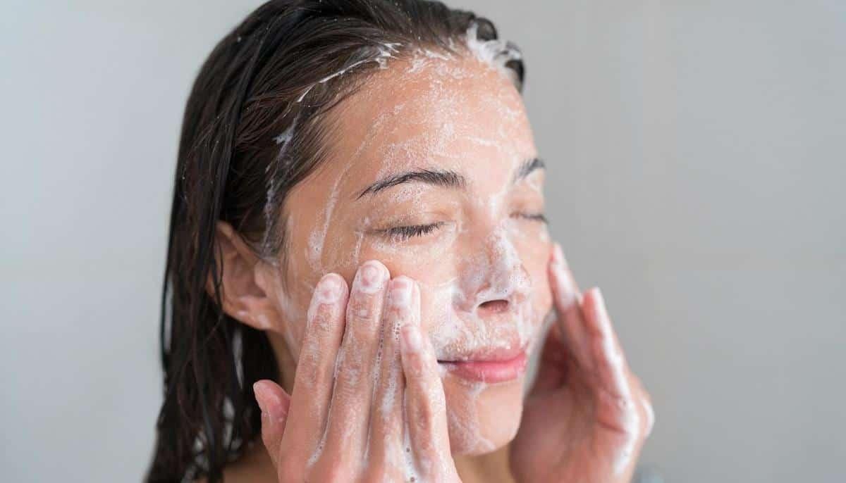 tips agar kulit tidak kusam selama puasa_Bersihkan Wajah Setelah Beraktivitas