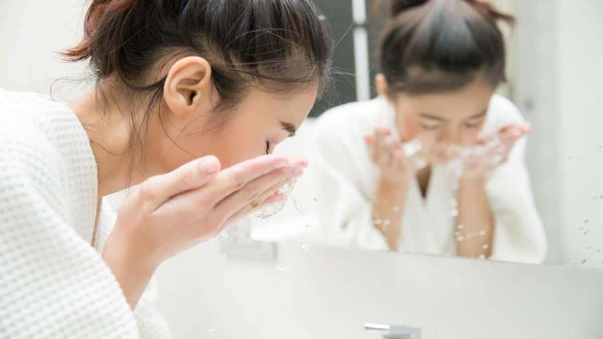 tips agar tidak burntusan selama puasa_Bersihkan Kulit Secara Rutin