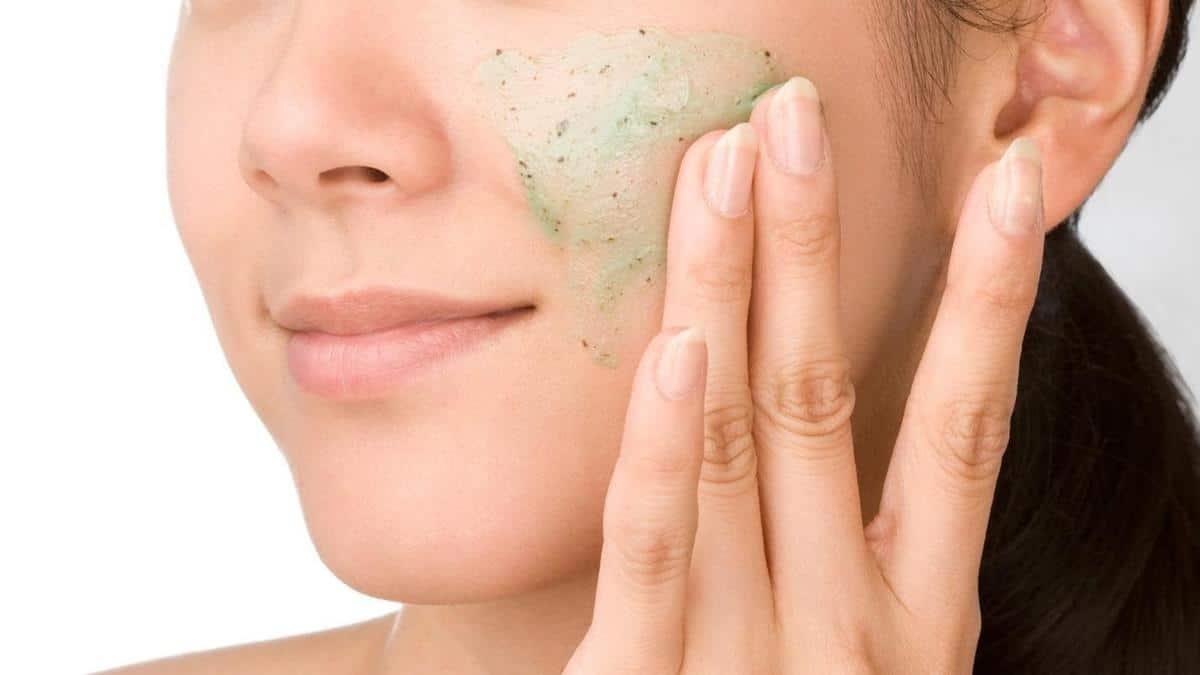 tips melembabkan kulit selama puasa_Eksfoliasi Wajah Secara Rutin