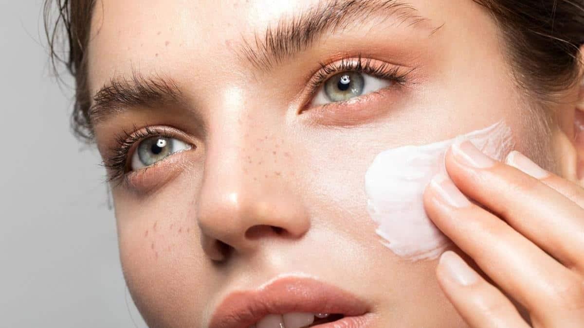 tips melembabkan kulit selama puasa_Gunakan Moisturizer Setiap Hari