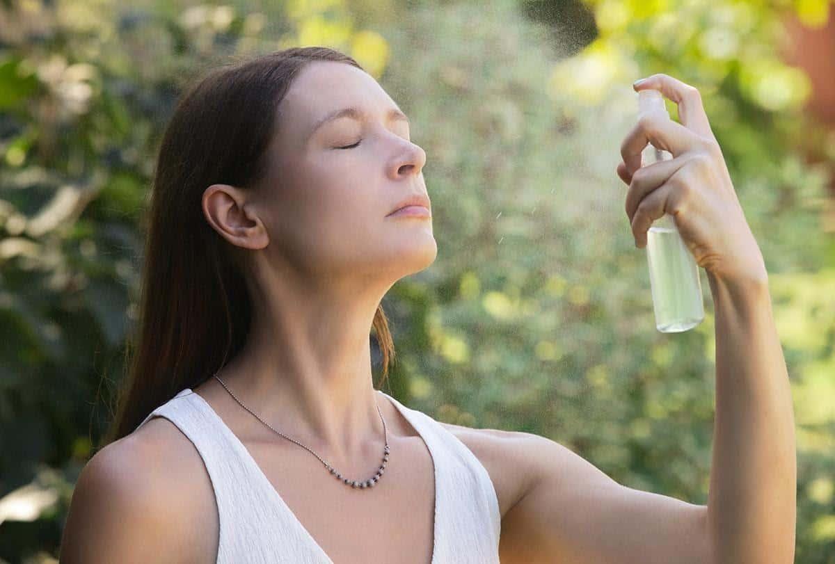 tips melembabkan kulit selama puasa_Memakai Face Mist Saat Terasa Gerah