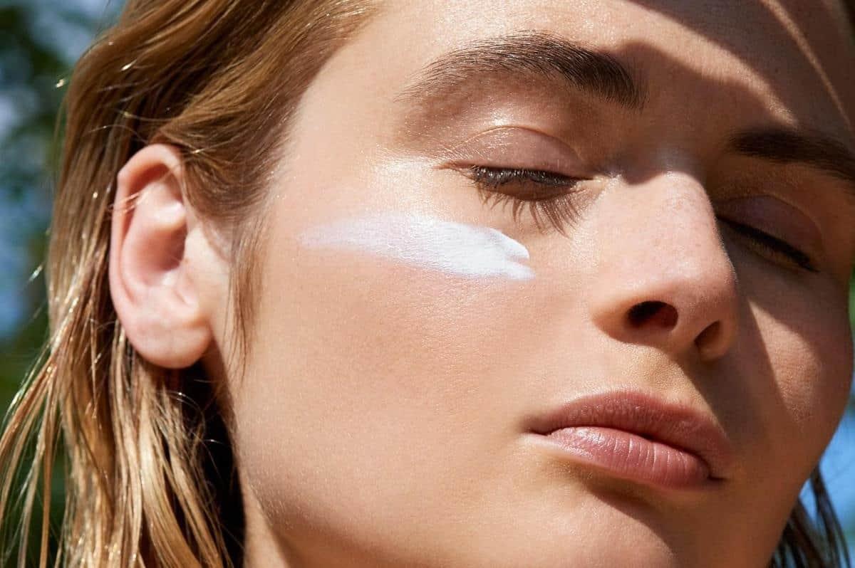tips melembabkan kulit selama puasa_Memakai Sunscreen