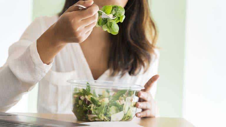 tips melembabkan kulit selama puasa_Perbanyak Konsumsi Makanan Sehat