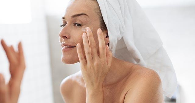 tips menghindari mata panda saat puasa_Gunakan Eye Cream