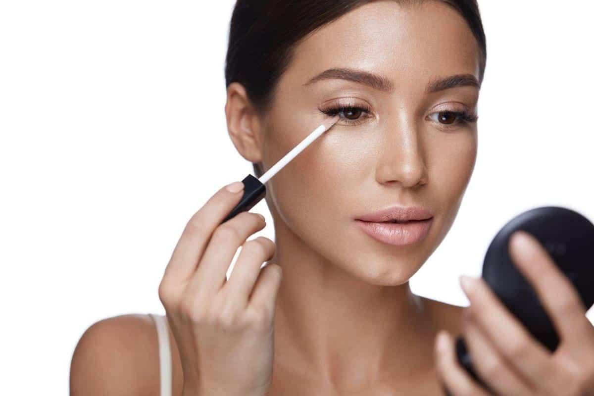 tips menghindari mata panda saat puasa_Gunakan Makeup untuk Menyamarkannya