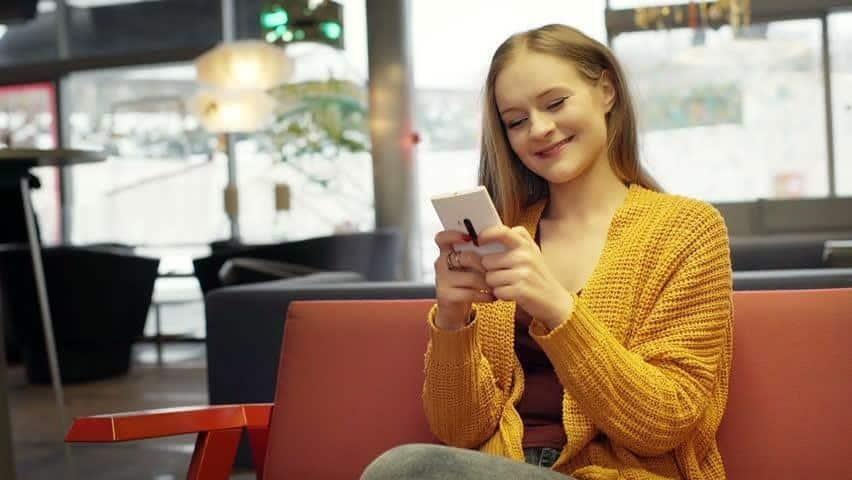 Cara Mengembalikan Mood Wanita Lewat Chat_Kirimkan Sticker atau Emoticon