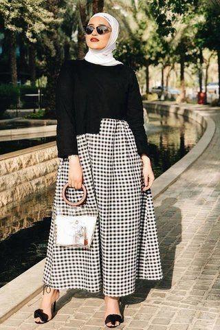 Model baju lebaran warna monokrom_ Loose Top x Checkered Skirt
