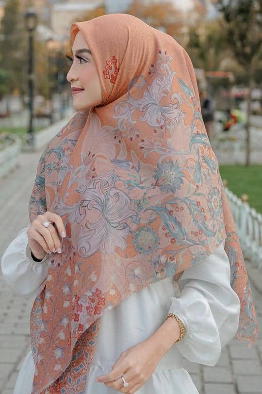 merk hijab untuk hampers idul fitri_Button Scarves