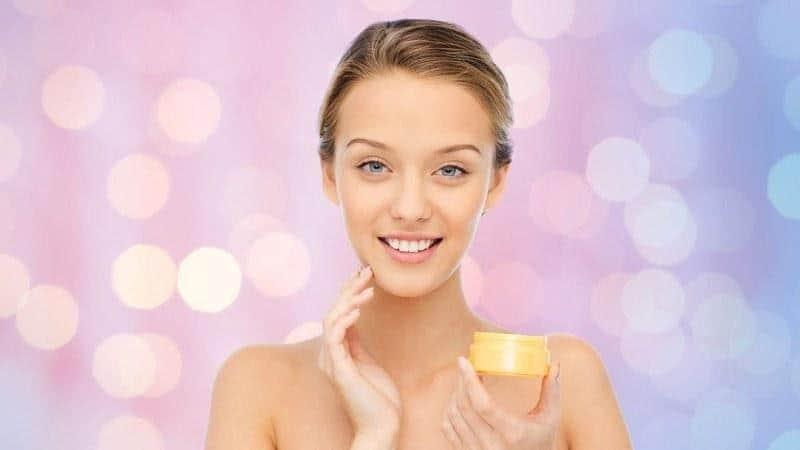 Kandungan Skincare yang Cocok untuk Kulit Kombinasi_Gunakan Pelembap dan Tabir Surya