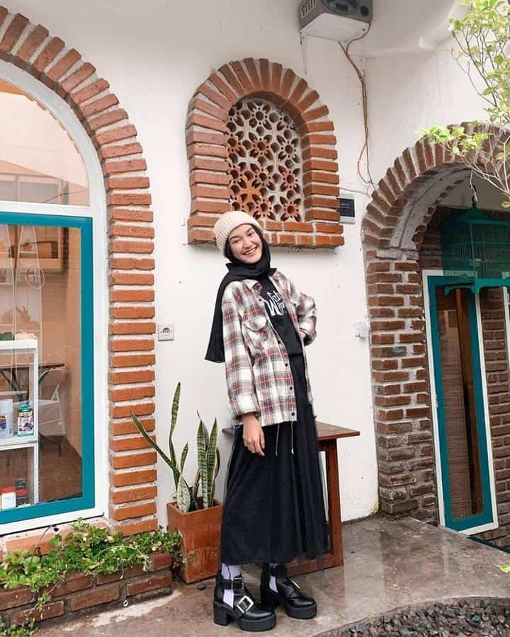 boyish style untuk hijabers_Black Skirt Oversized Flanel dan Clogs