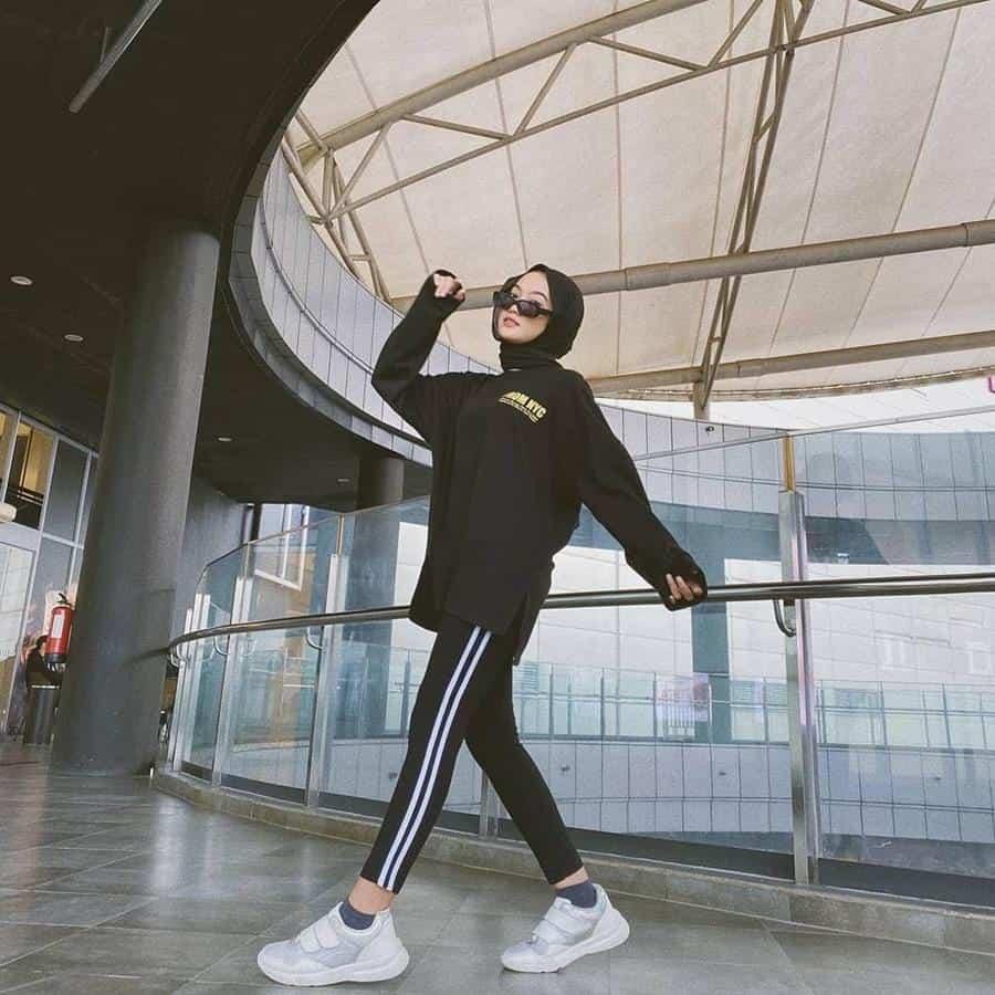boyish style untuk hijabers_Side Stripe Pants Black Oversized Tshirt