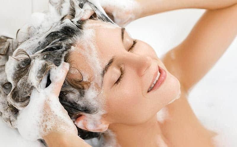 cara menghilangkan bleaching rambut_Menggunakan Shampo Ringan untuk Mencuci Rambut