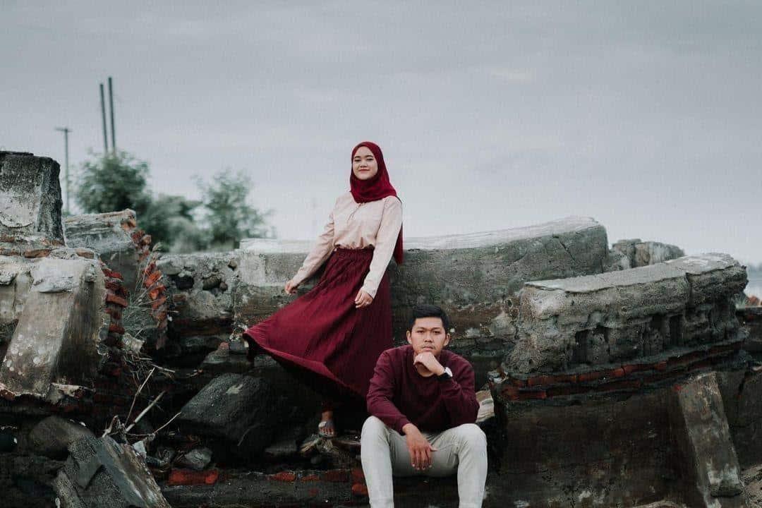 ide busana casual untuk prewedding_Kompak dengan Rok Plisket dan Sweater Warna Senada