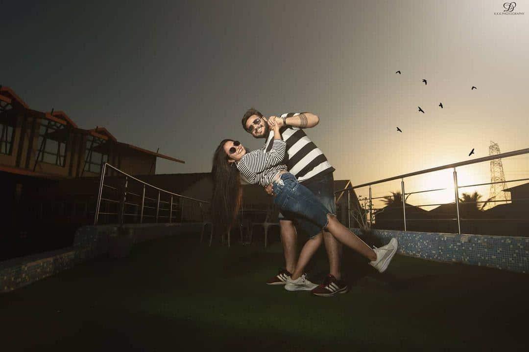 ide busana casual untuk prewedding_Super Simple dengan Celana Pendek Jeans dan Kaos Bergaris