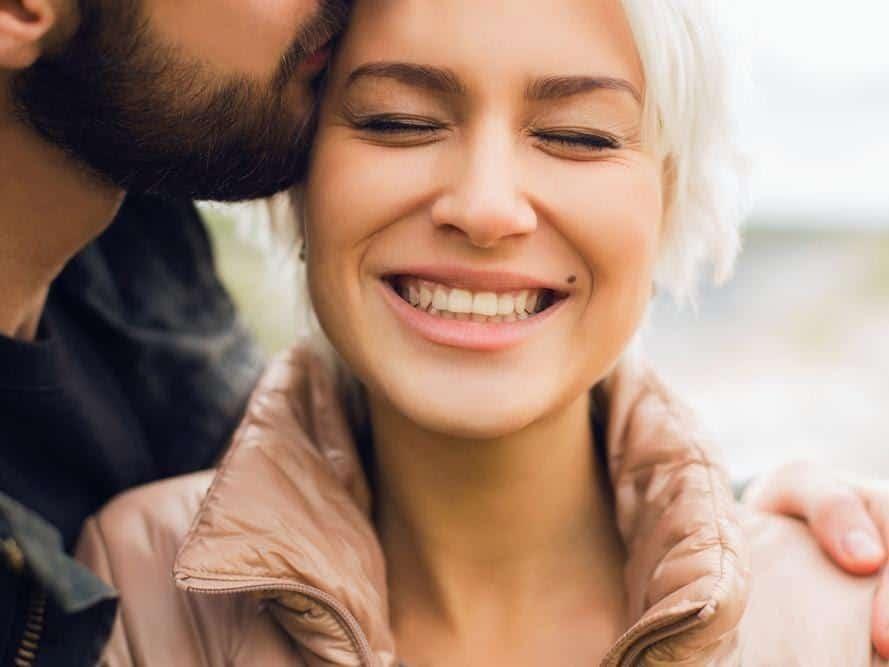 tips hadapi pasangan insecure_Berikan Pujian untuk Pencapaiannya