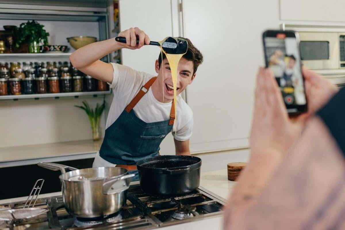 alasan lelaki harus bisa masak_Memberi Kejutan Berupa Makanan Kesukaan