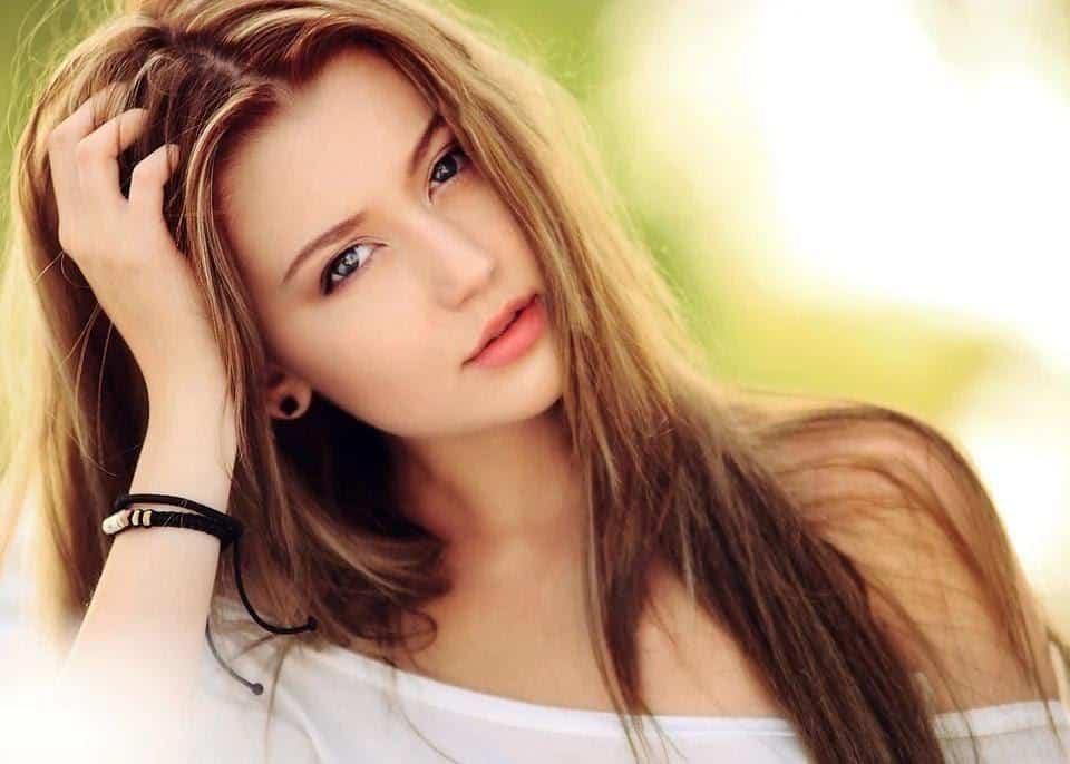 cara membuat senyum yang manis dan cantik di foto_Senyum Tipis dengan Bibir Agak Terbuka