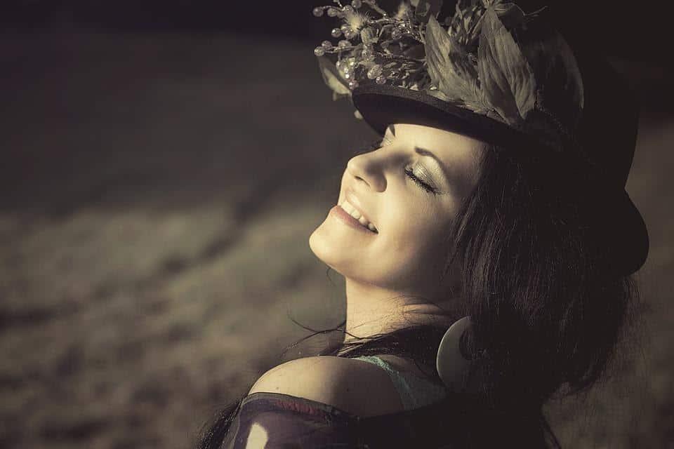 cara membuat senyum yang manis dan cantik di foto_Senyum dengan Mata Tertutup
