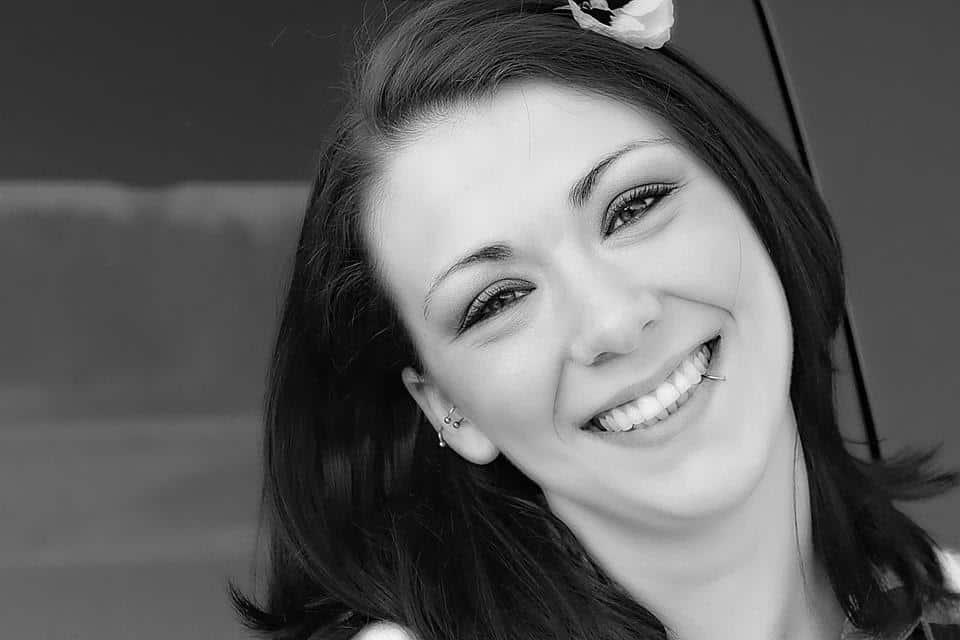cara membuat senyum yang manis dan cantik di foto_Tersenyum dengan Mata