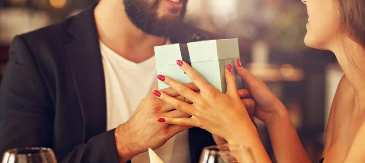 tips menghadapi pasangan sibuk_Berikan Kejutan